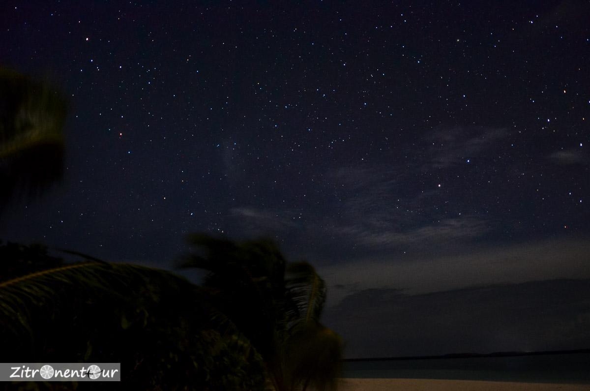 Einfache Astrofotografie des Sternenhimmels über den Malediven bei einer Belichtungszeit von 10 Sekunden.