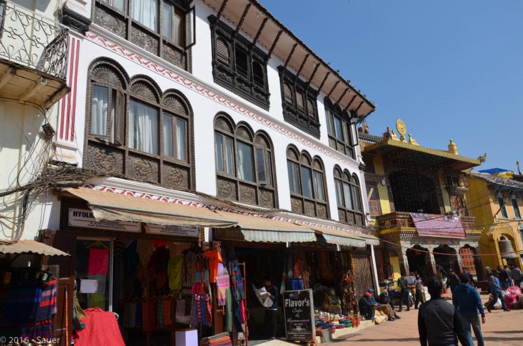 Gebäude im tibetischen Stil rund um die Baudhanath Stupa