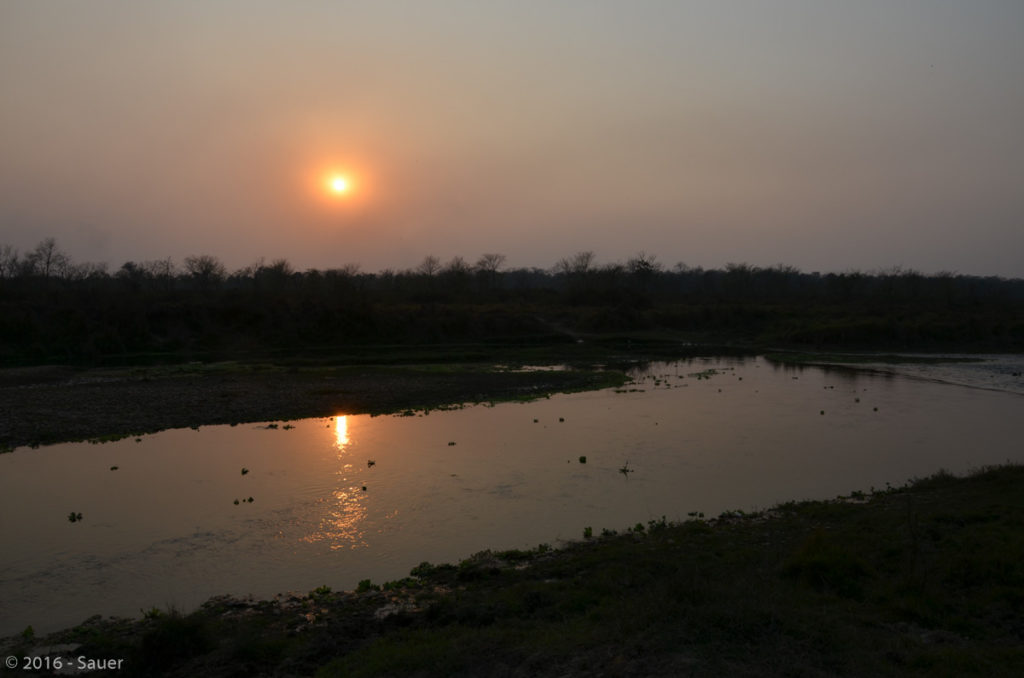 East Rapti River bei Sonnenuntergang