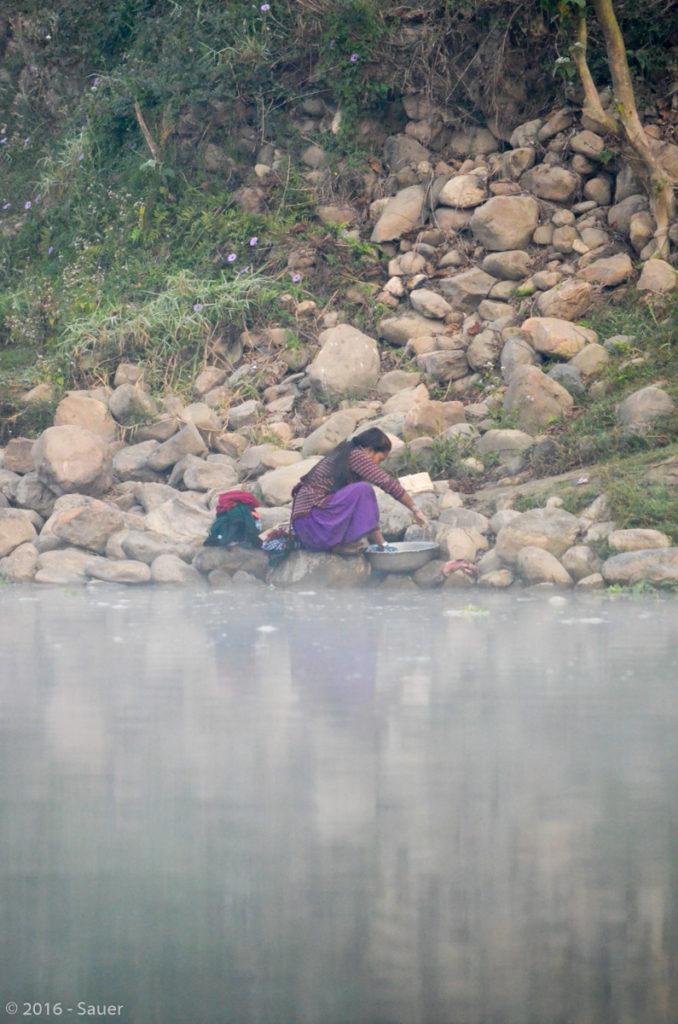Nepalesin beim Wäsche-Waschen