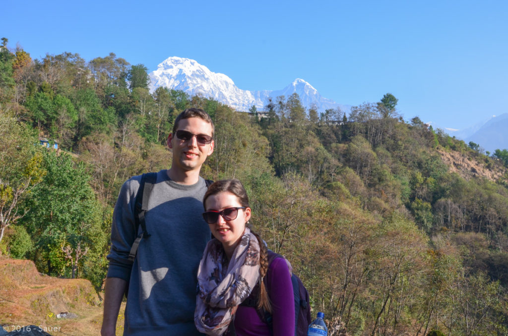 Die zwei von Zitronentour vor Ghandruk und im Hintergrund das Annapurna-Massiv.