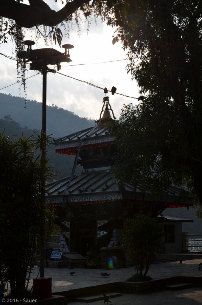 Malerischer hinduistischer Tempel auf einer Insel mitten im Phewa-Lake in Pokhara.