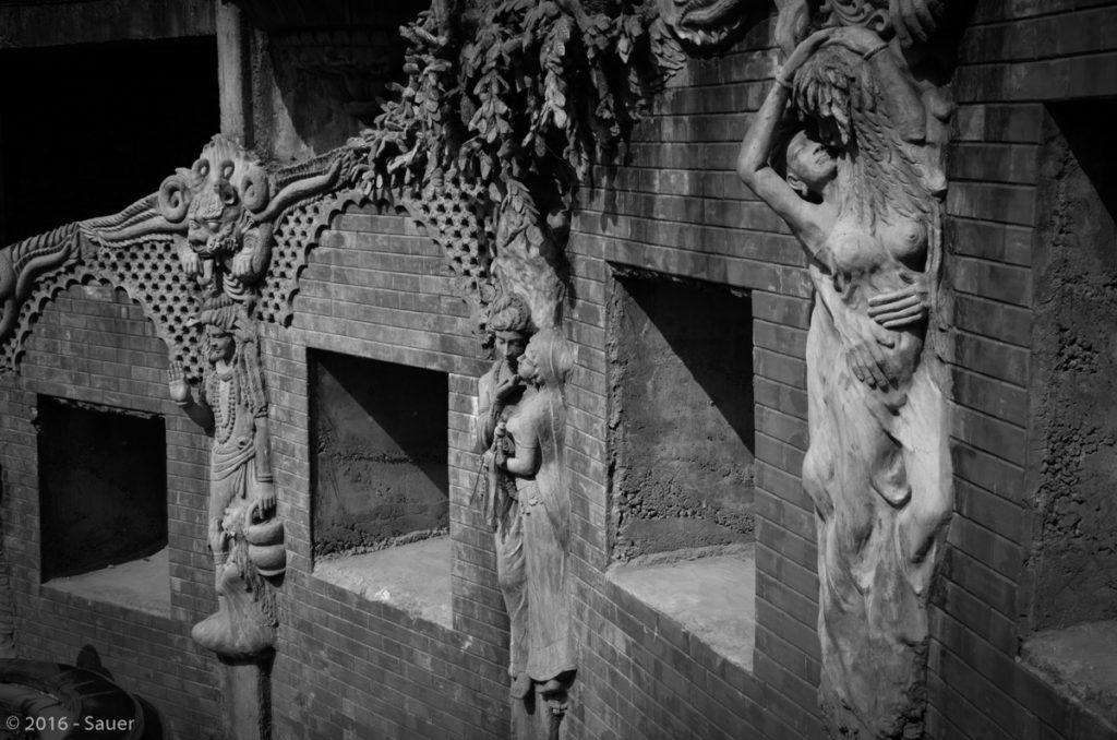 Eingang zur hinduistischen Grotte (Gupteswar Gupha) in Pokhara mit lasziven Relief-Statuen.