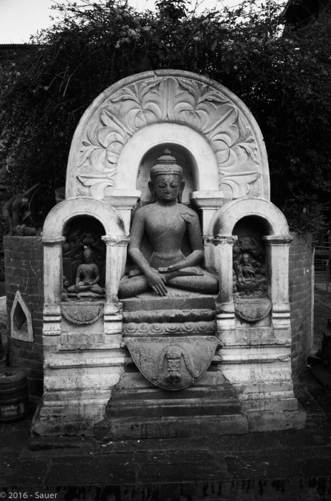 Budha Statue an der Swayambunath Stupa