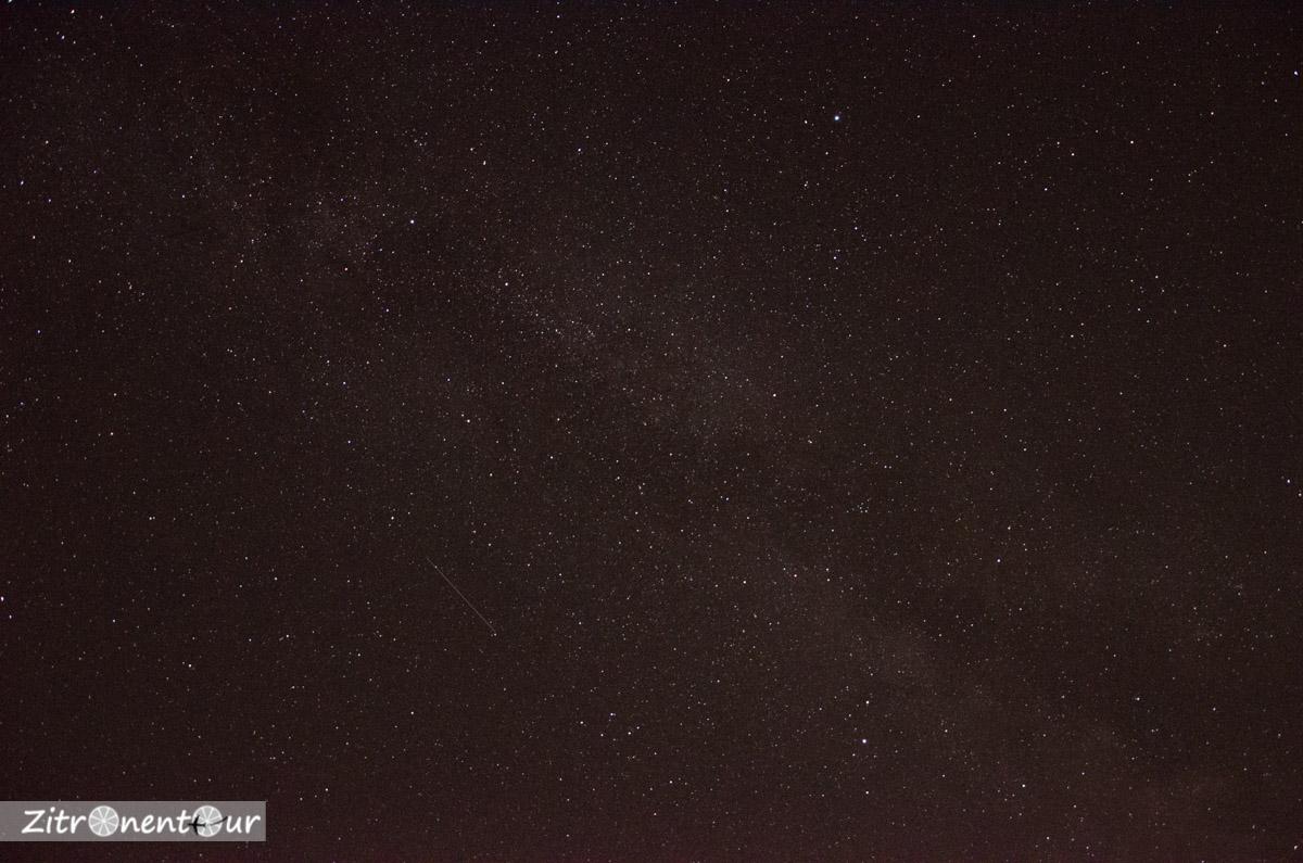 Unbearbeitete Astrofotografie: Einzelaufnahme der Milchstraße bei 18mm Brennweite mit 10 Sekunden Belichtungszeit, Blende offen (f 3,5) und ISO 6400