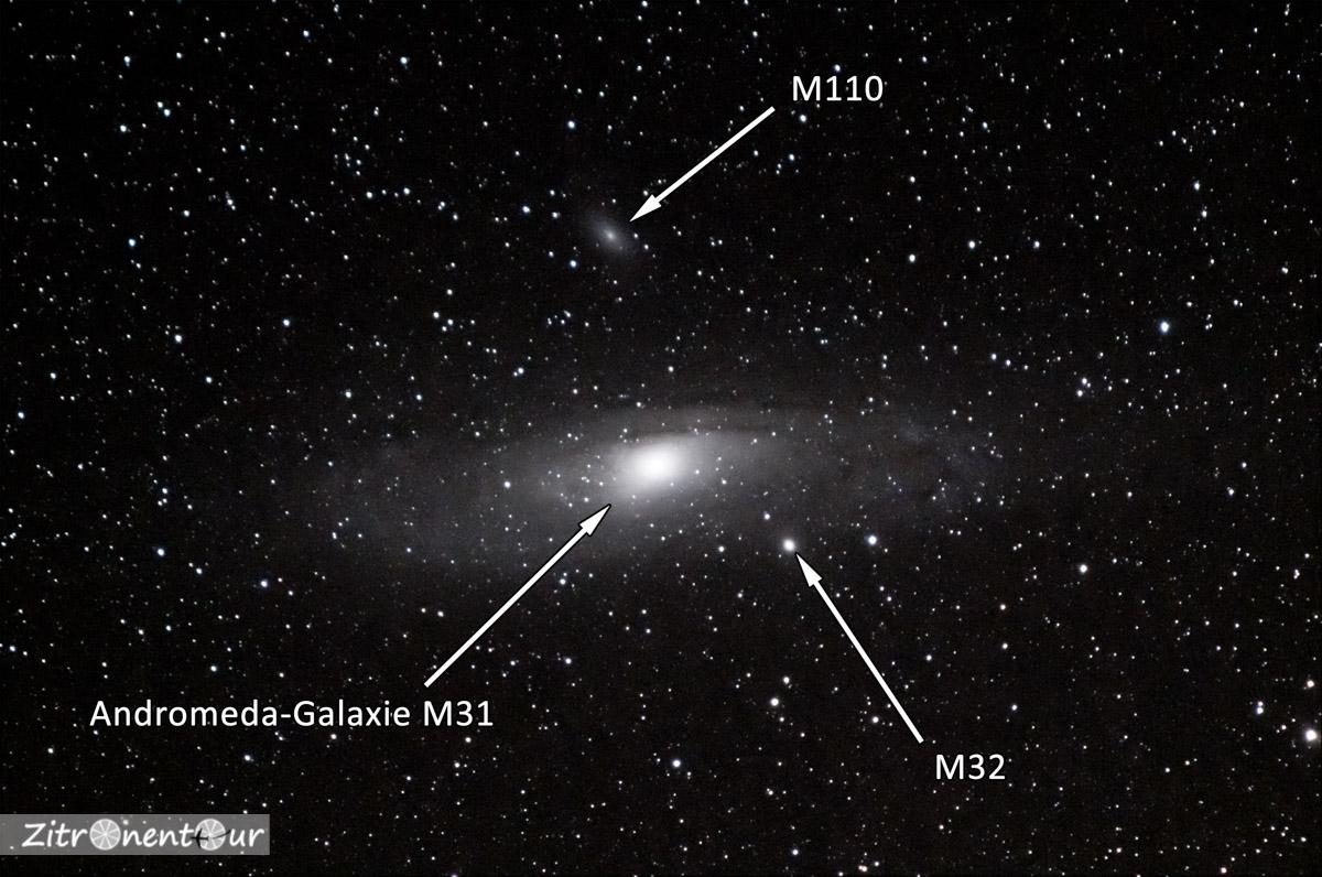 Unsere Nachbargalaxie Andromeda aufgenommen mit 200mm Objektiv und Nachführung. Gemittelt aus 20 Aufnahmen mit 30s Belichtungszeit, ISO 6400 und Blende f/5,6 und in Lightroom entwickelt. Mit Beschriftung.