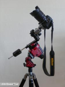Digitale Spiegelreflexkamera über Kugelkopf des Stativkopfes auf Deklinationsachse auf Star Adventurer befestigt