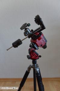 Star Adventurer auf Stativ mit Polhöhenwiege und Deklinationseinheit sowie Gegengewicht mit zusätzlichem Kugelkopf Stativkopf