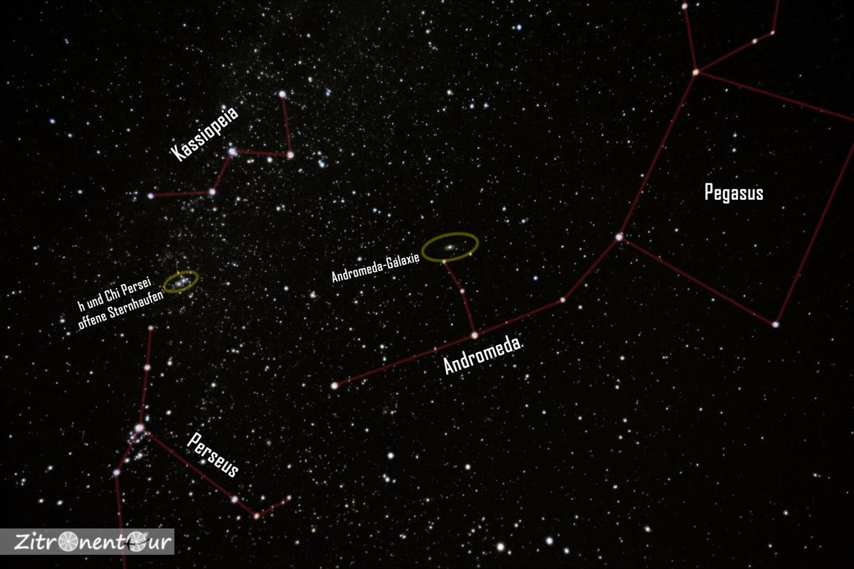 Die Sternbilder Kassiopeia und Andromeda mit Pegasus, Perseus und der Andromeda-Galaxie (mit Beschriftung).