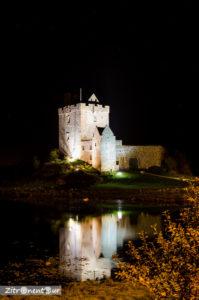 Dunquaire Castle bei Nacht