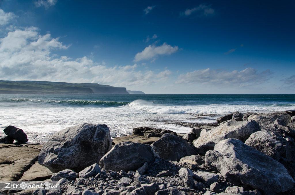 Wilde Felsenküste in Doolin, im Hintergrund sind die Cliffs of Moher bereits zu sehen