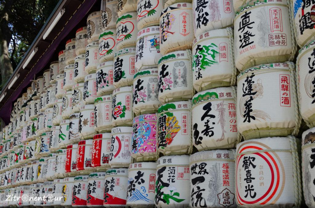 Aufgestapelte Sake-Fässer im Yoyogi Park