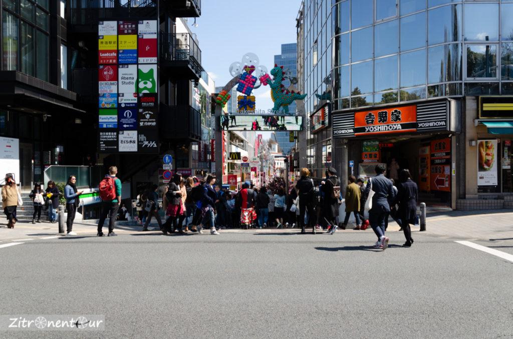 Eingang zur Takeshita Street vom Bahnhof Harajuku aus gesehen mit vielen Menschen