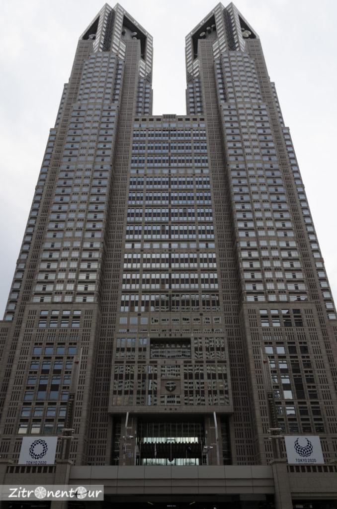 Government-Building in Tokio von unten fotografiert