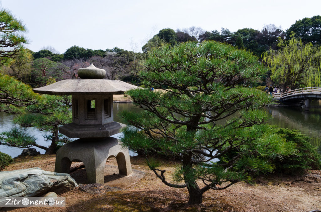 Schrein an einem Teich im Japanischen Garten im Shinjuku Gyoen Park