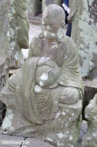 Buddha Statue im Garten Gohyaku Rakan mit dem Tierkreiszeichen Hase