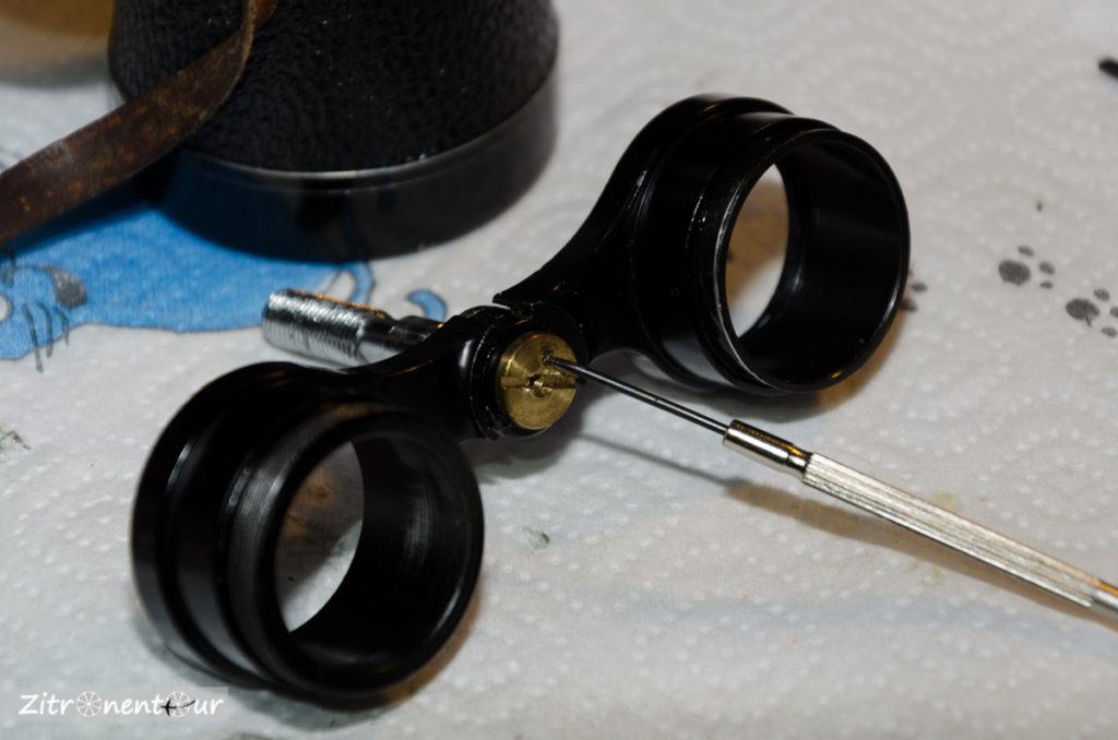 Nachtglas Revue 7x50 Okularbaugruppe, Gewindespindel an Okularhaltern vorne mit Halte- und Klemmschraube.