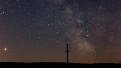 Die Milchstraße vom Hohlohturm bei Kaltenbronn aus gesehen. Am linken Bildrand ist Saturn zu sehen. Zuschnitt