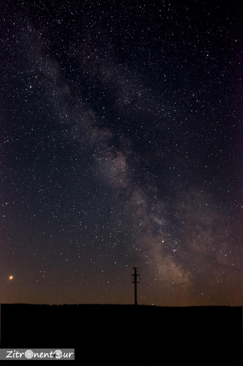 Die Milchstraße vom Hohlohturm bei Kaltenbronn aus gesehen. Am linken Bildrand ist Saturn zu sehen.