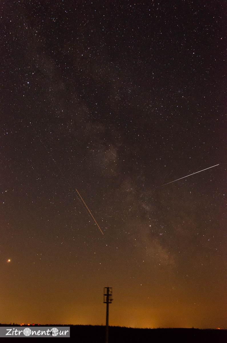 Unbearbeitete Rohaufnahme der Milchstraße vom Hohlohturm bei Kaltenbronn im Schwarzwald. Links am Rand Saturn, in der Mitte Flugzeuge und der helle Streifen rechts ist die ISS.