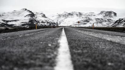 Straße in Island mit Bergen im Hintergrund
